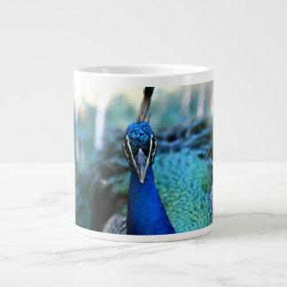 Cabeza del azul de pavo real en imagen taza grande