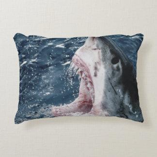 Cabeza del gran tiburón blanco cojín