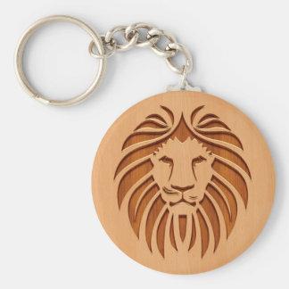 Cabeza del león grabada en el diseño de madera llavero redondo tipo pin