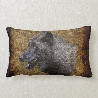 Cabeza del lobo gris en la almohada de tiro de la