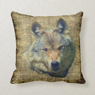 Cabeza del lobo gris en la almohada de tiro rústic