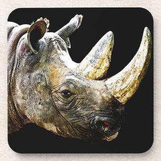 Cabeza del rinoceronte, fondo negro posavasos de bebida