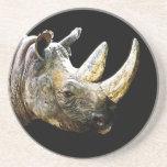 Cabeza del rinoceronte, fondo negro posavasos para bebidas