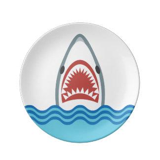 Cabeza divertida del tiburón del dibujo animado platos de cerámica