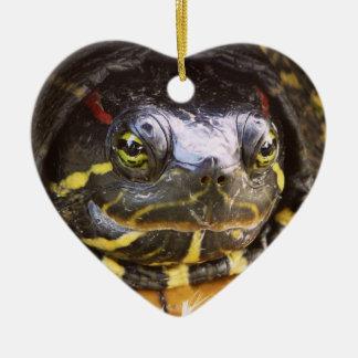 Cabeza espigada roja de la tortuga del resbalador adorno navideño de cerámica en forma de corazón