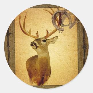 Cabeza montada rústica de los ciervos del país pegatina redonda