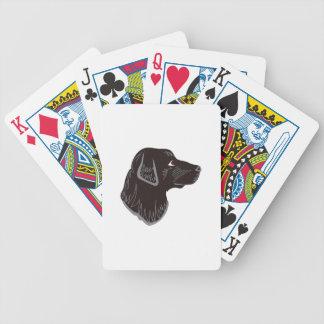 Cabeza negra del laboratorio baraja cartas de poker