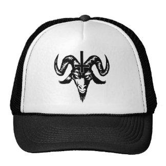 Cabeza satánica de la cabra con la cruz (negro) gorro de camionero