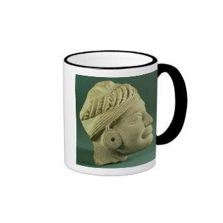 Cabeza turbaned pulimentada de la piedra arenisca, taza de café