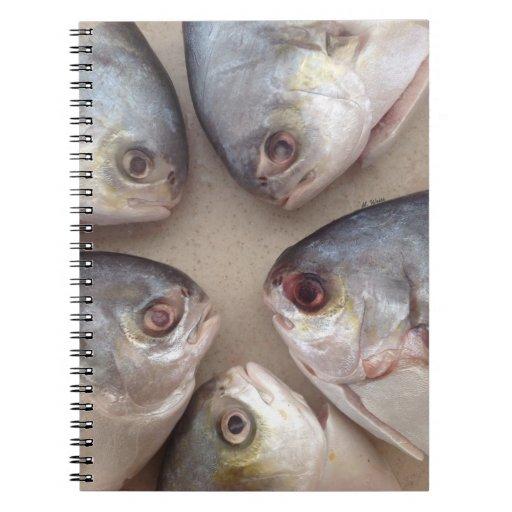 Cabezas de los pescados cuadernos