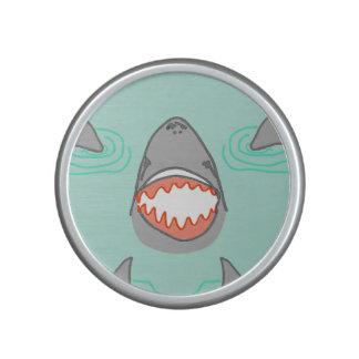 Cabezas y aletas del tiburón en gris en la altavoz