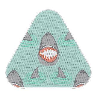 Cabezas y aletas del tiburón en gris en la altavoz bluetooth
