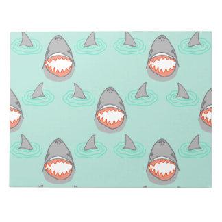 Cabezas y aletas del tiburón en gris en la libretas para notas