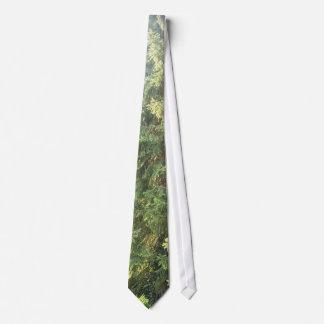 Cabiendo a la camisa la corbata de otoño