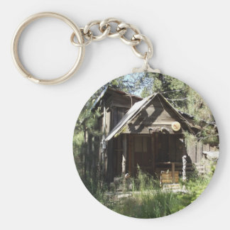 Cabina abandonada en las maderas llavero