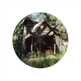 Cabina abandonada en las maderas reloj redondo mediano