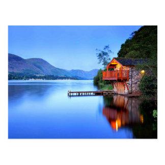 Cabina alejada de la orilla del lago tarjetas postales