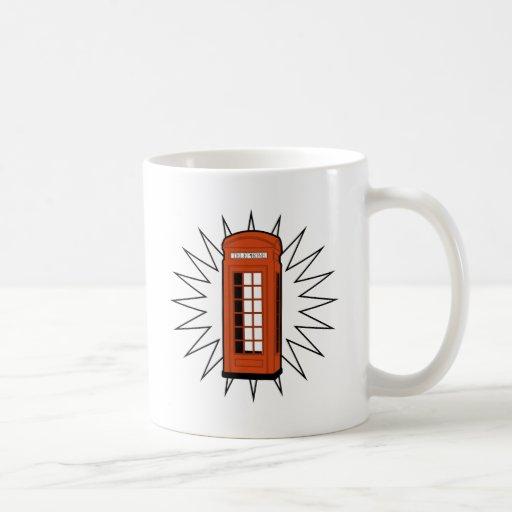 Cabina de teléfonos británica vieja taza de café