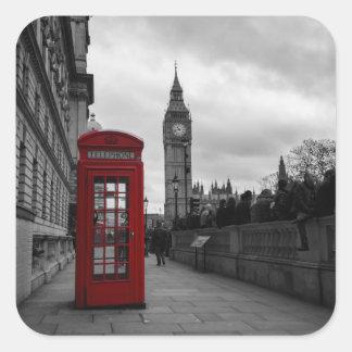 Cabina de teléfonos roja en el pegatina cuadrado
