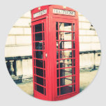 cabina de teléfonos roja etiqueta redonda