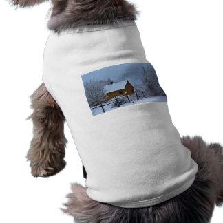Cabina del invierno Nevado en el navidad Camisetas De Perrito