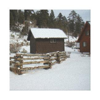 Cabina del invierno y cerca del registro lona estirada galerías