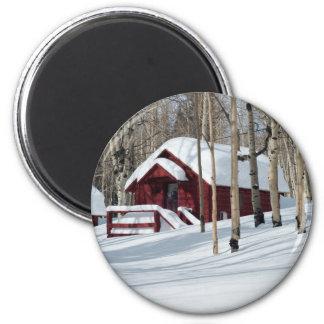 Cabina roja en invierno imán redondo 5 cm