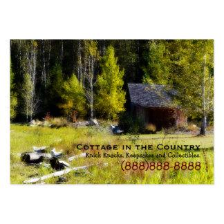 Cabina rústica en el primer día de otoño tarjetas de visita