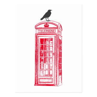Cabina y cuervo rojos de teléfono del vintage postales