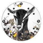 Cabra alpina de la lechería que pinta el reloj de