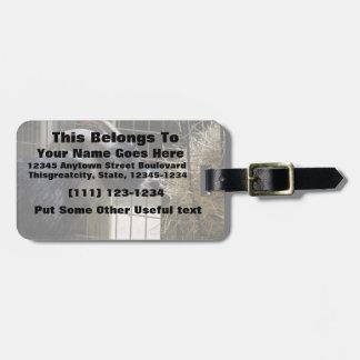 cabra blanco y negro con los cuernos que comen el etiquetas para equipaje