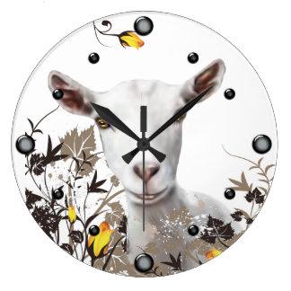 Cabra de la lechería de Saanen que pinta el reloj