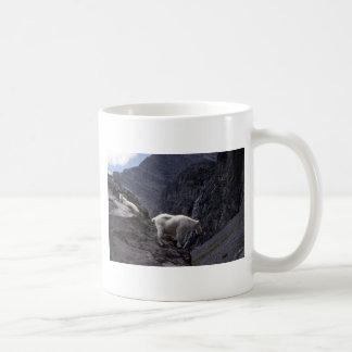 Cabra de montaña rocosa (pares en la ladera) taza