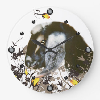 Cabra de Nubian que pinta el reloj de pared floral