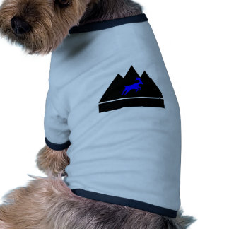 Cabra en una montaña camiseta con mangas para perro