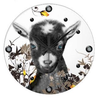 Cabra linda de Pygora que pinta el reloj de pared