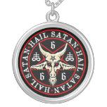 Cabra pagana de Satan Baphomet del saludo en Collar Plateado