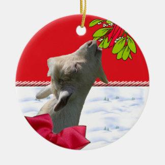 Cabra que come el ornamento del navidad del adorno navideño redondo de cerámica