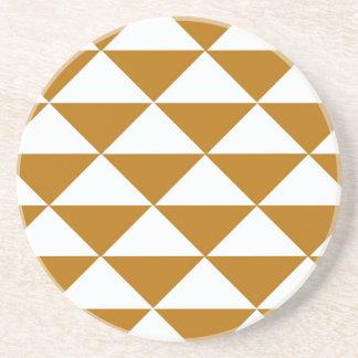 Cacao y triángulos blancos posavasos diseño