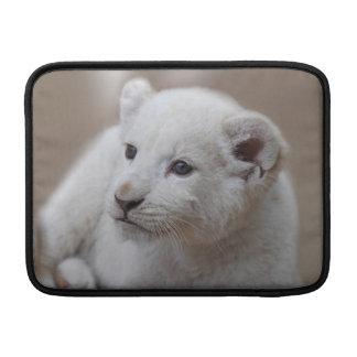 Cachorro de león blanco viejo de seis semanas del fundas MacBook