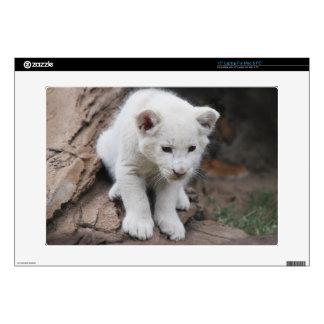 Cachorro de león blanco viejo de seis semanas del portátil skin