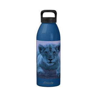 Cachorro de león lindo del bebé botellas de beber
