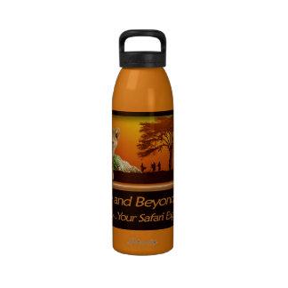 Cachorro de león y botella de agua africana de la