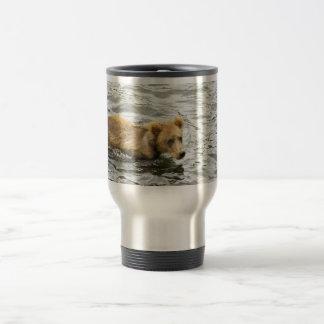 Cachorro de oso de Brown en agua Taza De Café