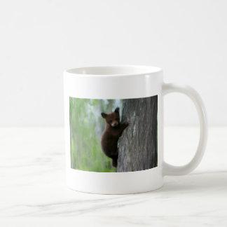 Cachorro de oso en árbol taza básica blanca