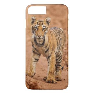Cachorro de tigre real de Bengala en el movimiento Funda iPhone 7 Plus
