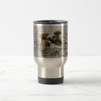Cachorros de oso de Brown que juegan en agua Tazas De Café