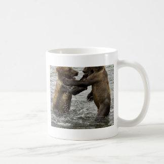 Cachorros de oso de Brown que luchan en el agua Taza De Café