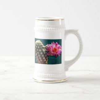 Cactus con la floración Sunlit rosada Taza