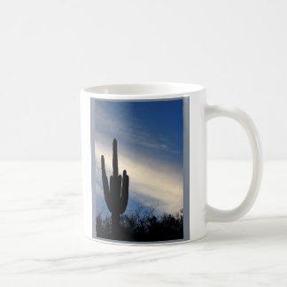 Cactus de Saquaro de la puesta del sol Taza Básica Blanca